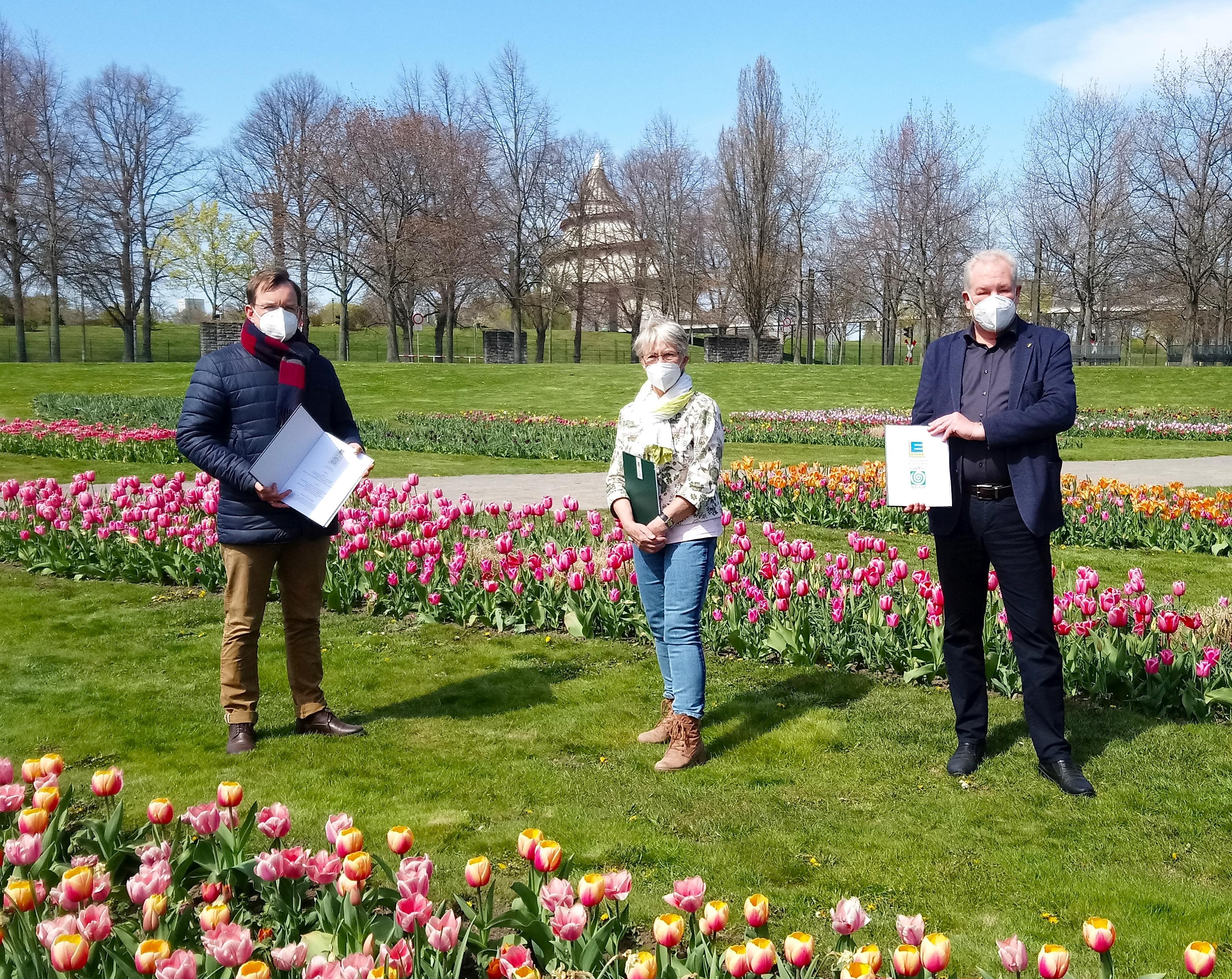 Steffen Schüller, Lydia Seiler und Thomas Beyer nach der Vertragsunterzeichnung (Foto: Gartenträume Sachsen-Anhalt e. V.)